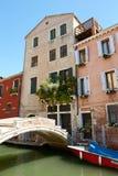 Veneza, Itália - 14 de agosto de 2017: uma ponte pequena através do canal Venetian Fotografia de Stock Royalty Free