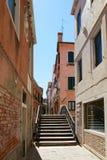 Veneza, Itália - 14 de agosto de 2017: uma ponte pequena através do canal Venetian Foto de Stock Royalty Free