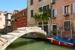 Veneza, Itália - 14 de agosto de 2017: uma ponte pequena através do canal Venetian Imagem de Stock