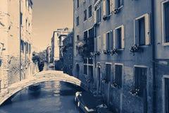 Veneza, Itália - 14 de agosto de 2017: uma ponte pequena através do canal Venetian Imagens de Stock Royalty Free