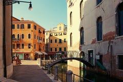 Veneza, Itália - 14 de agosto de 2017: uma ponte pequena através do canal Venetian Foto de Stock