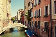 Veneza, Itália - 14 de agosto de 2017: uma ponte pequena através do canal Venetian Fotos de Stock