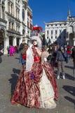 VENEZA, ITÁLIA 25 de fevereiro de 2017 uma máscara bonita no quadrado de St Mark, carnaval em Veneza Fotos de Stock