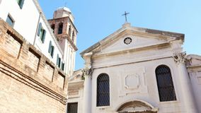 VENEZA, ITÁLIA - 7 DE JULHO DE 2018: arquitetura antiga bonita de Veneza, a igreja antiga contra o céu azul, na vídeos de arquivo
