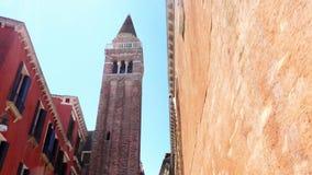 VENEZA, ITÁLIA - 7 DE JULHO DE 2018: arquitetura antiga bonita de Veneza, a igreja antiga contra o céu azul, na filme