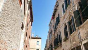 Veneza, Itália - 7 de julho de 2018: arquitetura velha bonita de Veneza, de uma casa com os obturadores e as flores verdes velhos video estoque