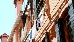 VENEZA, ITÁLIA - 7 DE JULHO DE 2018: a arquitetura velha bonita de Veneza, uma casa com os obturadores verdes velhos, roupa é sec vídeos de arquivo