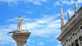 Veneza, Itália - 7 de julho de 2018: colunas antigas, monumentos, arquitetura antiga de Veneza, contra o céu azul, em um quente filme