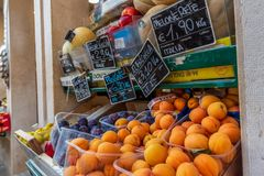Veneza, Itália - 4 de julho de 2018: escolha grande de frutas e legumes frescas no contador do mercado imagem de stock