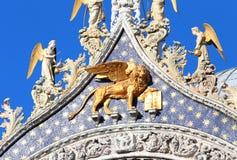 Veneza, Itália - 14 de julho de 2016: LEÃO dourado na fachada de Basi Imagens de Stock