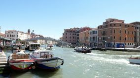 VENEZA, ITÁLIA - 7 DE JULHO DE 2018: No canal principal de Veneza, flutuar, muitos barcos diferentes, vaparetto, motor envia No c vídeos de arquivo