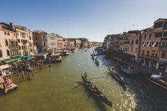 Veneza, Itália - 14 de julho de 2017: Os táxis e as gôndola da água estão navegando ao longo de Grand Canal Grand Canal é uma da  imagens de stock royalty free