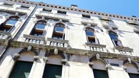VENEZA, ITÁLIA - 7 DE JULHO DE 2018: parede branca bonita de uma casa velha, a arquitetura antiga de Veneza video estoque