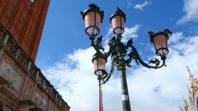 Veneza, Itália - 7 de julho de 2018: Praça San Marco, lanterna bonita do vintage perto da construção da basílica do ` s de St Mar vídeos de arquivo