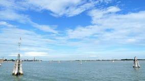 Veneza, Itália - 7 de julho de 2018: vista do mar às ilhas Venetian mar azul, céu, dia de verão Console de Burano vídeos de arquivo