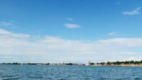 Veneza, Itália - 7 de julho de 2018: vista do mar às ilhas Venetian mar azul, céu, dia de verão Console de Burano video estoque