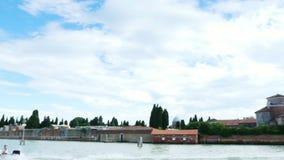 Veneza, Itália - 7 de julho de 2018: vista do mar às ilhas Venetian mar azul, céu, dia de verão Console de Burano filme