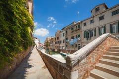 VENEZA, ITÁLIA - 15 DE JUNHO DE 2016 terraplenagem do canal em Veneza fotos de stock