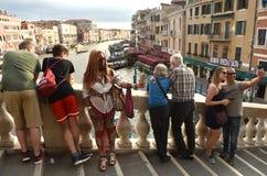 Veneza, Itália - 7 de junho de 2017: Turistas na ponte de Rialto em Veni imagem de stock