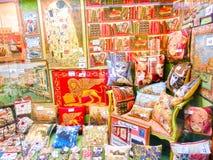 Veneza, Itália - 4 de maio de 2017: A loja com lembranças tradicionais e os presentes gostam de descansos e de tapetes à visita d Imagem de Stock
