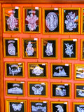 Veneza, Itália - 10 de maio de 2014: Os tipos diferentes dos laços na venda em uma rua compram na ilha de Burano, Veneza, Itália Imagem de Stock Royalty Free