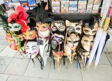 Veneza, Itália - 4 de maio de 2017: Os vendedores estão - formulário rentável e popular de lembranças e de presentes tradicionais Imagens de Stock Royalty Free