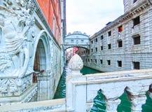Veneza, Itália - 4 de maio de 2017: Estátua de canto do palácio histórico do ` s do doge próximo pela prisão venetian, Veneza, It Imagem de Stock Royalty Free