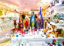 Veneza, Itália - 4 de maio de 2017: A loja com lembranças tradicionais e os presentes gostam de Murano de vidro à visita dos turi Foto de Stock