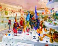 Veneza, Itália - 4 de maio de 2017: A loja com lembranças tradicionais e os presentes gostam de Murano de vidro à visita dos turi Fotografia de Stock