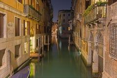 VENEZA, ITÁLIA - 11 DE MARÇO DE 2014: Olhe o canal no crepúsculo perto do centro da cidade Imagem de Stock