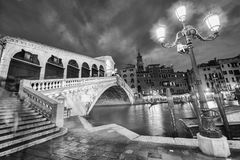 VENEZA, ITÁLIA - 23 DE MARÇO DE 2014: Ponte de Rialto no por do sol com touri Foto de Stock