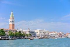 VENEZA, ITÁLIA - EM MAIO DE 2017: Quadrado bonito de San Marco com seu palácio dos doges e do Campanile, Veneza foto de stock