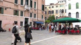 VENEZA, ITÁLIA - EM OUTUBRO DE 2017: Café acolhedor em Veneza, Itália Veneza é uma cidade em Itália do nordeste e na capital do vídeos de arquivo