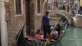 VENEZA, ITÁLIA - EM OUTUBRO DE 2017: Canais majestosos em Veneza, Veneza, Itália Gôndola em um canal em Venezia Itália Veneza é video estoque