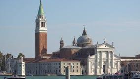 VENEZA, ITÁLIA - EM OUTUBRO DE 2017: Canal grande majestoso em Veneza, e tráfego de água, Veneza, Itália Veneza é uma cidade dent filme