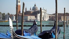 VENEZA, ITÁLIA - EM OUTUBRO DE 2017: Canal grande majestoso em Veneza, e tráfego de água, Veneza, Itália Veneza é uma cidade dent video estoque