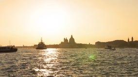 VENEZA, ITÁLIA - EM OUTUBRO DE 2017: Canal grande majestoso em Veneza, e tráfego de água, Veneza, Itália Veneza é uma cidade dent vídeos de arquivo