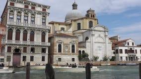 VENEZA, ITÁLIA - EM OUTUBRO DE 2017: Canal grande majestoso em Veneza, e tráfego de água, Veneza, Itália video estoque
