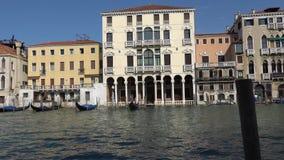 VENEZA, ITÁLIA - EM OUTUBRO DE 2017: Canal grande majestoso em Veneza, e tráfego de água, Veneza, Itália filme