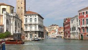 VENEZA, ITÁLIA - EM OUTUBRO DE 2017: Canal grande majestoso em Veneza, e tráfego de água, Veneza, Itália vídeos de arquivo