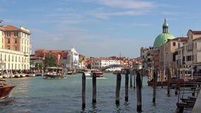 VENEZA, ITÁLIA - EM OUTUBRO DE 2017: Canal grande majestoso em Veneza, e tráfego de água, Veneza, Itália Vaporetto em Veneza - filme