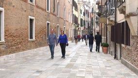 VENEZA, ITÁLIA - EM OUTUBRO DE 2017: Turistas que andam as ruas de Veneza, Veneza, Itália Veneza é uma cidade em do nordeste vídeos de arquivo