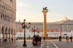 Veneza, Itália - em setembro de 2017: Palácio do doge de Palazzo Ducale, coluna voada do leão em San Marco Square com o navio de  fotos de stock royalty free