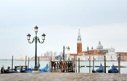Veneza, Itália, Europa - vista pitoresca das gôndola e da lâmpada fotografia de stock royalty free
