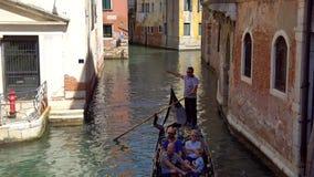 Veneza, Itália - 15 08 2018: gôndola com os turistas nos canais estreitos de Veneza video estoque