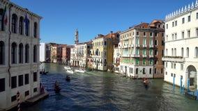 Veneza, Itália - 15 08 2018: gôndola com os turistas nos canais estreitos de Veneza vídeos de arquivo