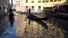 Veneza, Itália - 14 03 2019: gôndola com os turistas nos canais estreitos de Veneza video estoque