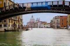 Veneza, Itália, Grand Canal A abóbada da igreja Santa Maria della Salute imagens de stock
