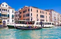 VENEZA, ITÁLIA - MARÇO 28,2015: Gondols em Campanile di San Marco em Itália o 28 de março de 2015 em Veneza, Itália Imagens de Stock