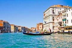 VENEZA, ITÁLIA - MARÇO 28,2015: Gondols em Campanile di San Marco em Itália o 28 de março de 2015 em Veneza, Itália Imagem de Stock Royalty Free